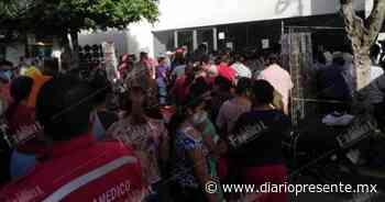 Ignoran sana distancia y se aglomeran afuera de sucursal bancaria en Macuspana - Diario Presente