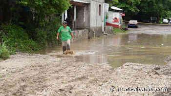 Más de 10,000 familias incomunicadas por cierre de calle a Apulo por derrumbes - elsalvador.com