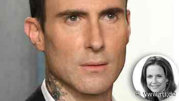 """Sie war sein Musikvideo-Girl: """"Maroon 5""""-Sänger Adam Levine weint um Kelly Preston (†57) - RTL Online"""