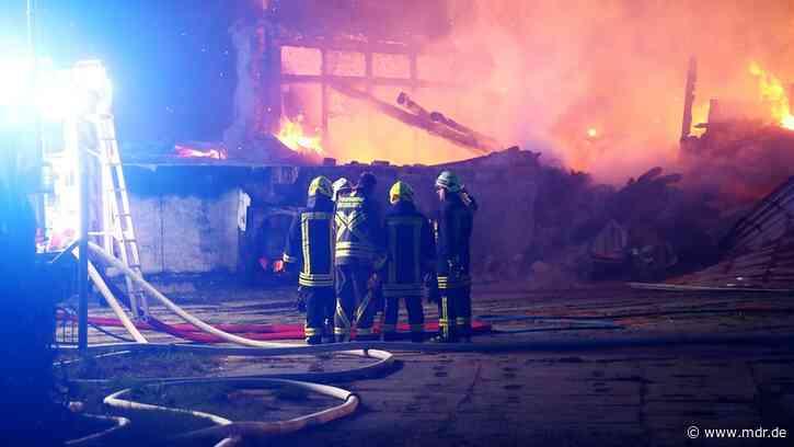 Millionenschaden und Gefahrguteinsatz nach Brand auf Vierseitenhof in Altenburg - MDR