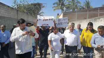 Protesta campesina vuelve tensa la llegada de AMLO a Anenecuilco - La Jornada