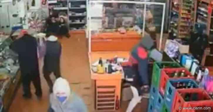 Detienen a dos sospechosos del robo al supermercado de Santos Lugares y uno tiene coronavirus - Clarín