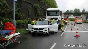 Wermelskirchen: Lkw fährt auf – Fahrlehrer bei Unfall schwer verletzt - BILD