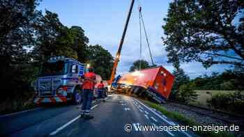 Schwerer Unfall zwischen Warstein-Belecke und Rüthen: Lkw kippt auf Gleise - soester-anzeiger.de