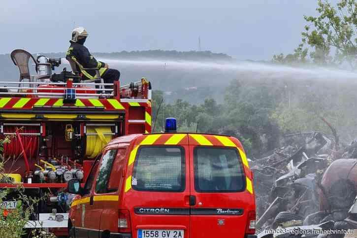 Porto-Vecchio : l'incendie dans une casse automobile a été maîtrisé - France 3 Régions