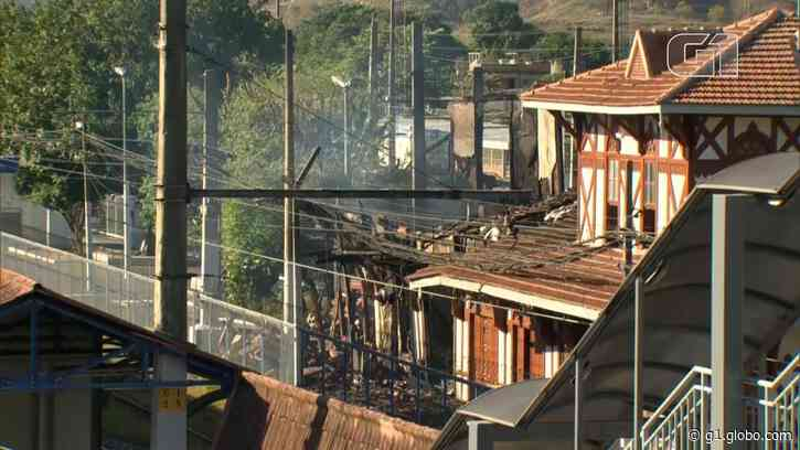 Incêndio atinge a casarão histórico da estação ferroviária de Japeri, na Baixada Fluminense - G1