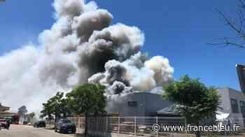 PHOTOS - Hangar en feu à Aigues-Mortes : quatre pompiers blessés, des habitations évacuées - France Bleu