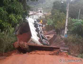 Caminhão da Prefeitura fica pendurado após ponte de madeira ceder em Sumidouro, no RJ - G1