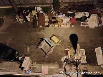AFRAGOLA. Un cortile di una palazzina diventa una discarica abusiva a cielo aperto - Minformo