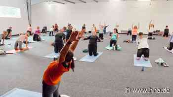 50 Yogafans wichen beim HNA-Yogasommer Wolfhagen in Halle im Sandweg aus - HNA.de