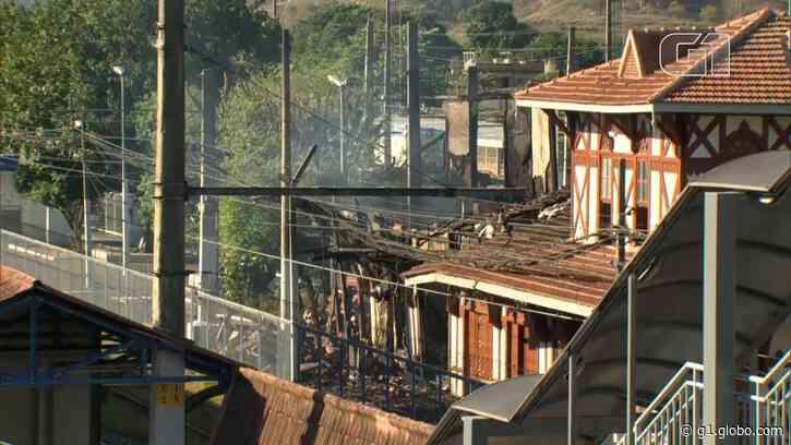 Incêndio atinge casarão histórico da estação ferroviária de Japeri, na Baixada Fluminense - G1