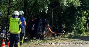 Feuerwehreinsatz in Freisen: Fahrer rutscht mit seinem Wagen in einen Hang - Saarbrücker Zeitung