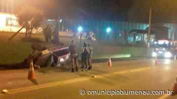 Quatro pessoas ficam feridas após capotamento de carro no limite entre Indaial e Blumenau - O Município Blumenau
