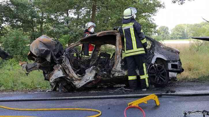 Auto prallt bei Bohmte gegen Baum und brennt aus - NDR.de