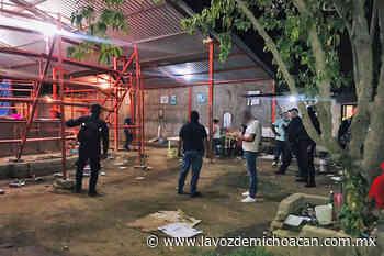 Ciudadanos desacatan medidas sanitarias y asisten a un palenque; la policía cancela el evento - La Voz de Michoacán