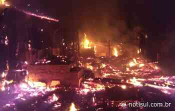 Residência é totalmente destruída por incêndio em Orleans - Notisul