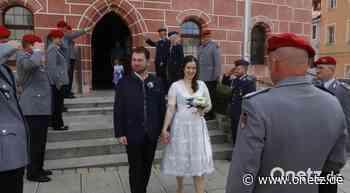 Soldaten stehen still fürs Brautpaar: Spalier vor Rathaus in Sulzbach-Rosenberg - Onetz.de