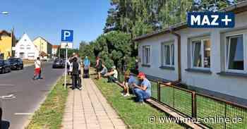 Vor der Zulassungsstelle von Teltow-Fläming in Luckenwalde müssen Einwohner derzeit lange warten - Märkische Allgemeine Zeitung