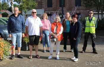 Les participants du concours des maisons fleuries de Friville-Escarbotin sous l'œil du jury - L'Éclaireur du Vimeu