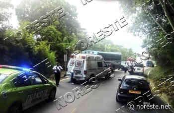 Ambulancia que trasladaba a apuñalado choca con camión en Coatepec - NORESTE