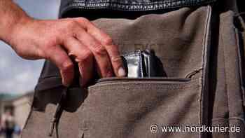 Paar stiehlt Seniorin (80) in Wismar Geldbeutel - Nordkurier