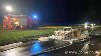 Fahrer sieht Funken aus dem Auspuff: Taxi brennt in Neuenrade vollständig aus - come-on.de