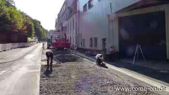 Baustelle in der Nette in Altena: Vor Nedschroef wird asphaltiert - come-on.de