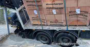 Roquevaire : les roues d'un camion encastrées dans un pluvial, la D96 coupée - La Provence