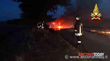 Le fiamme divorano la macchina e poi si propagano nel campo vicino alla strada - AnconaToday