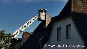 Dunkler Rauch aus dem Schornstein: Feuerwehr in Warsteiner Altstadt im Einsatz - soester-anzeiger.de