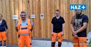 Kabinen weiter geschlossen: Bauhof-Mitarbeiter errichten Sichtschutz im Freibad Empelde - Hannoversche Allgemeine