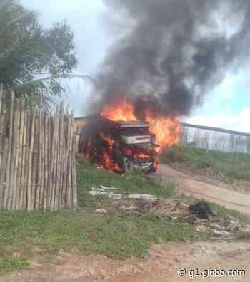 Veículo pega fogo na cidade de Porto Calvo, AL - G1