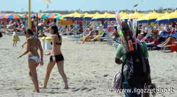 Caorle. Abusivi in spiaggia senza mascherina importunano i turisti - Il Gazzettino