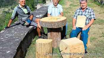Sulz a. N. - Eine Tischplatte mit Stern und Hockern zum Verweilen - Schwarzwälder Bote