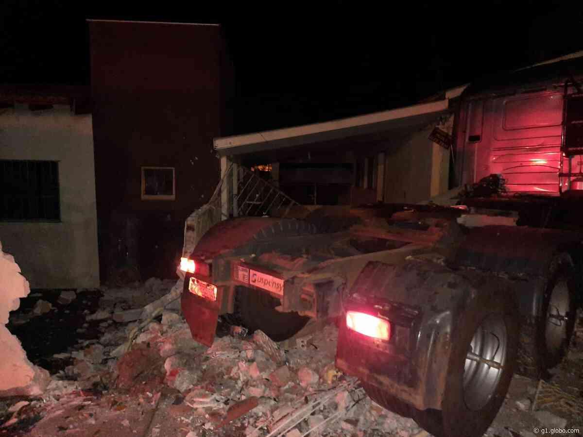 Caminhão invade casa, em Porecatu - G1
