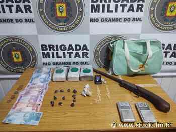 Dupla é presa pela Brigada Militar com drogas e arma em Sananduva   Rádio Studio 87.7 FM - Rádio Studio 87.7 FM