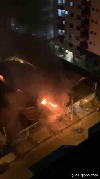 Incêndio destrói imóvel em construção em Praia Grande, SP - G1