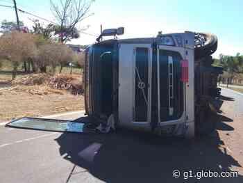 Caminhão canavieiro tomba na SPA-241 em Santa Rita do Passa Quatro - G1