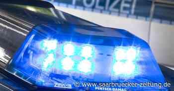 Verkehrsunfall in Sulzbach-Hühnerfeld – ein Pkw landet auf Fahrzeugseite - Saarbrücker Zeitung