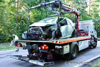 Auto gerät auf Landstraße bei Keltern auf die Gegenfahrbahn und prallt mit Lkw zusammen - Bildergalerien - Pforzheimer Zeitung