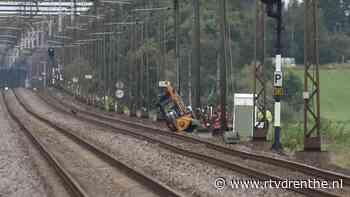 Maaitrekker kantelt langs spoor, geen treinverkeer tussen Meppel en Steenwijk - RTV Drenthe