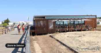 Areal lotado e sem fiscalização. Utentes da praia de Manta Rota queixam-se do incumprimento de regras - Diário de Notícias - Lisboa
