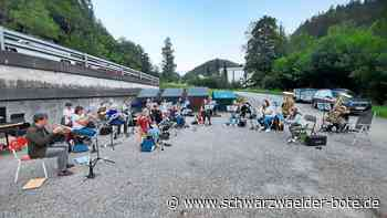 Triberg: Stadt- und Kurkapelle unterhält bei Sommerserenade auf der Bühne am Wasserfall - Triberg - Schwarzwälder Bote