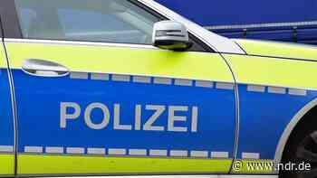 Beamte durchsuchen Gebäude in Elmshorn - NDR.de