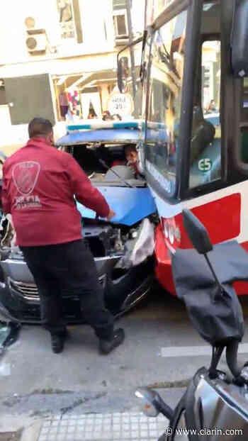 Video: Fuerte choque entre un colectivo y un patrullero en Palermo - Clarín.com
