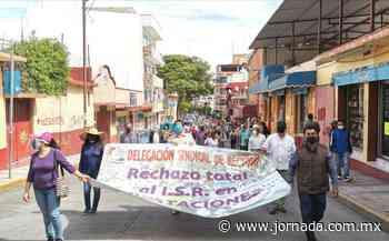 Marchan maestros y administrativos de la UAG en Chilpancingo - La Jornada