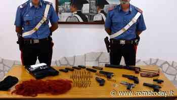 Getta zaino dalla finestra all'arrivo dei carabinieri, all'interno una pistola mitragliatrice e 5 pistole