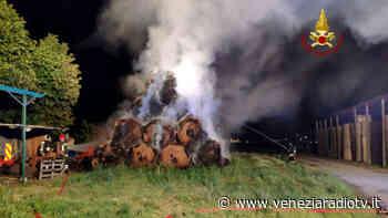 Rotoballe a fuoco nella notte a Favaro Veneto - Televenezia
