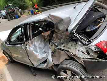77-Jähriger schwer verletzt: Auto kracht gegen Traktor - inSüdthüringen