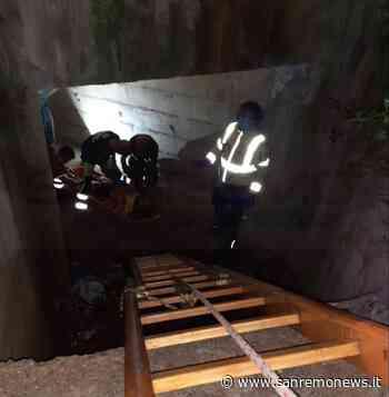 Bordighera: clandestino fugge ai controlli e cade in un canale di scolo sulla A10, salvato dai Vigili del Fuoco, 118 e Polstrada (Foto) - SanremoNews.it